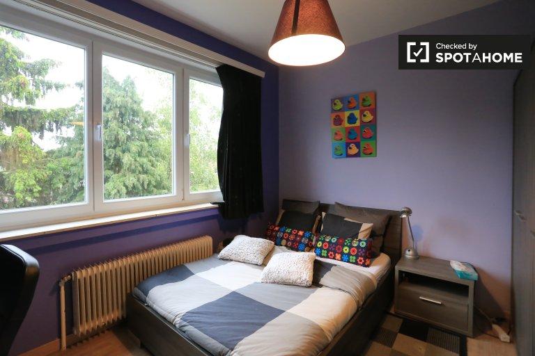 Chambre colorée dans un appartement de 2 chambres à coucher à Jette, Bruxelles