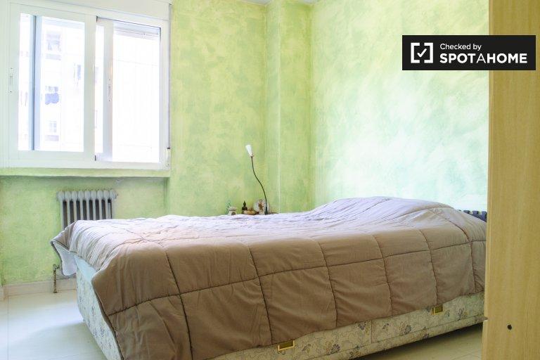 Se alquila habitación en apartamento de 3 dormitorios en Móstoles, Madrid