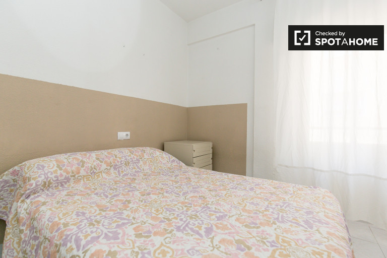 Double Bed in Rooms for rent in 4-bedroom apartment with a balcony, Granada city centre