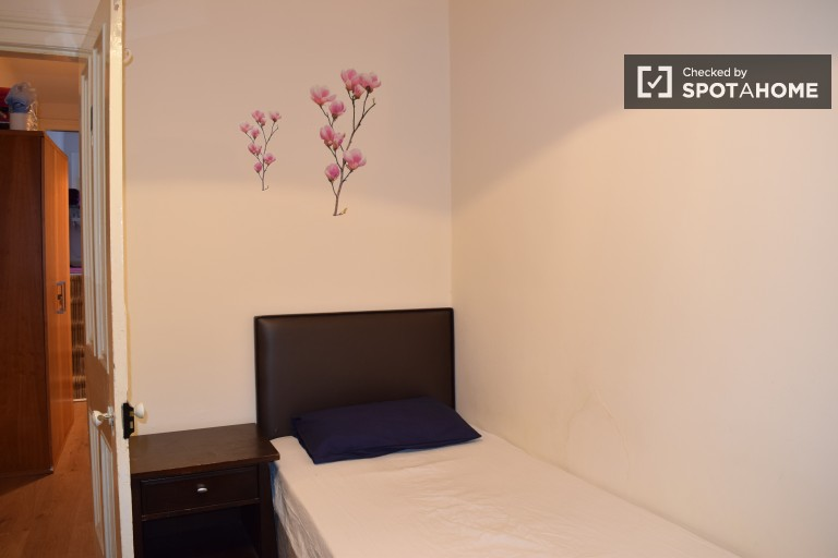 Single Bed in Rooms to rent in warm and welcoming 5-bedroom flat in charming Stoneybatter