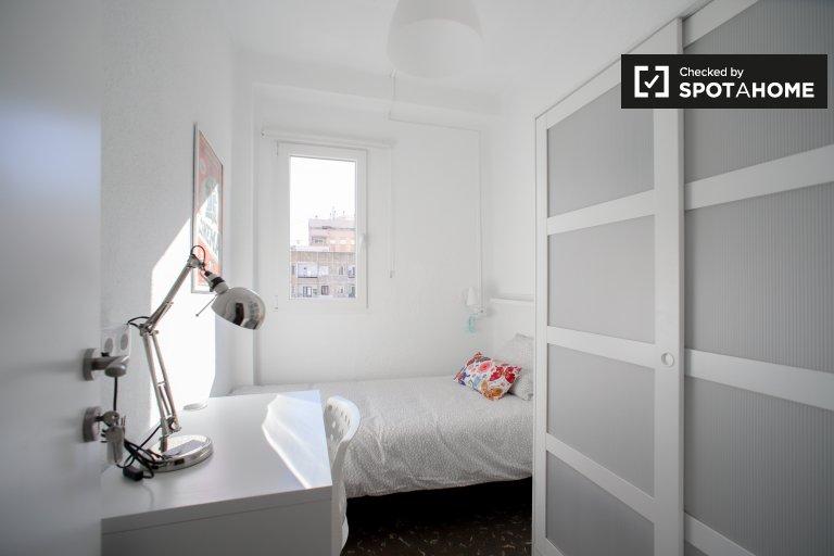 Jasny pokój do wynajęcia w 4-pokojowym mieszkaniu w Benimaclet