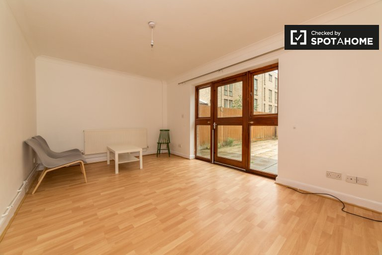 Spacious 4-bedroom flat to rent in Tower Hamlets, London