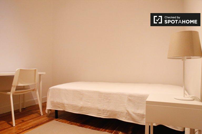 Chambre confortable à louer dans un appartement de 4 chambres à Alcântara