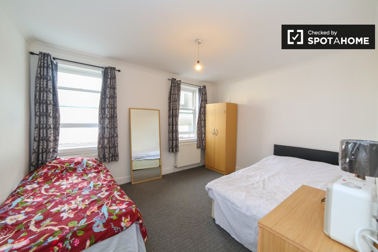 Room to rent in 5-bedroom apartment in Shadwell, London