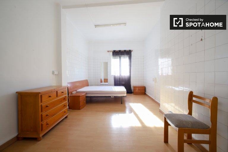 Spacious room for rent, 9-bedroom apartment, Russafa