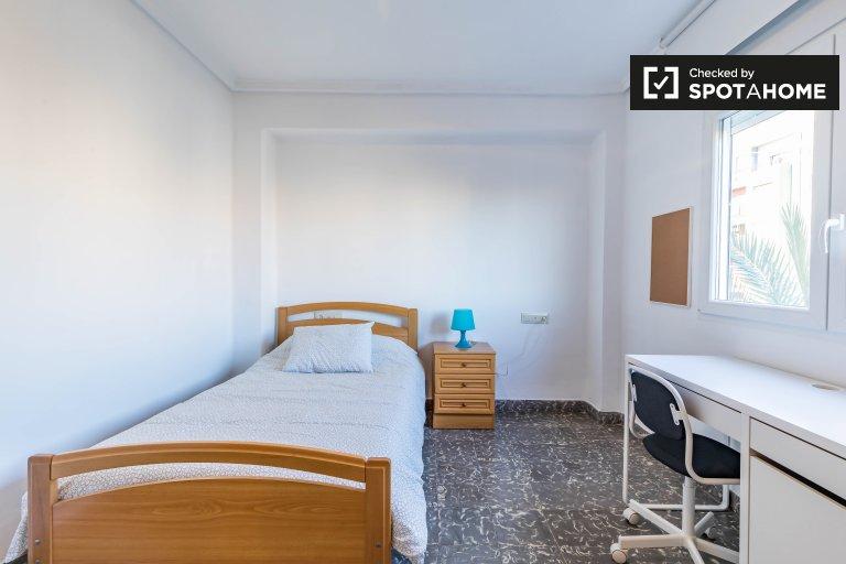 Chambre aérée à louer dans un appartement de 3 chambres à La Saïdia