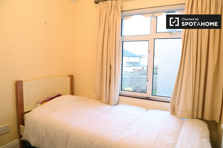 Compact room in 3-bedroom house in Cabra, Dublin