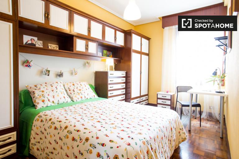 Tidy room in 3-bedroom apartment in Rekalde, Bilbao