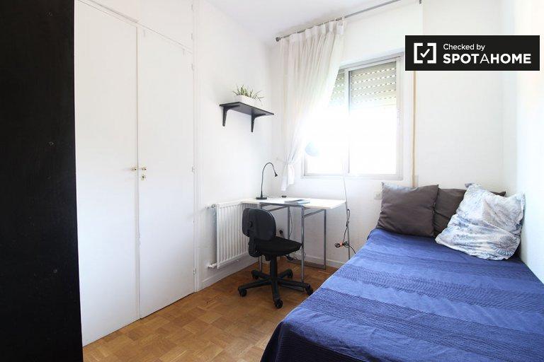 Grande chambre dans un appartement de 3 chambres à Nueva España, Madrid