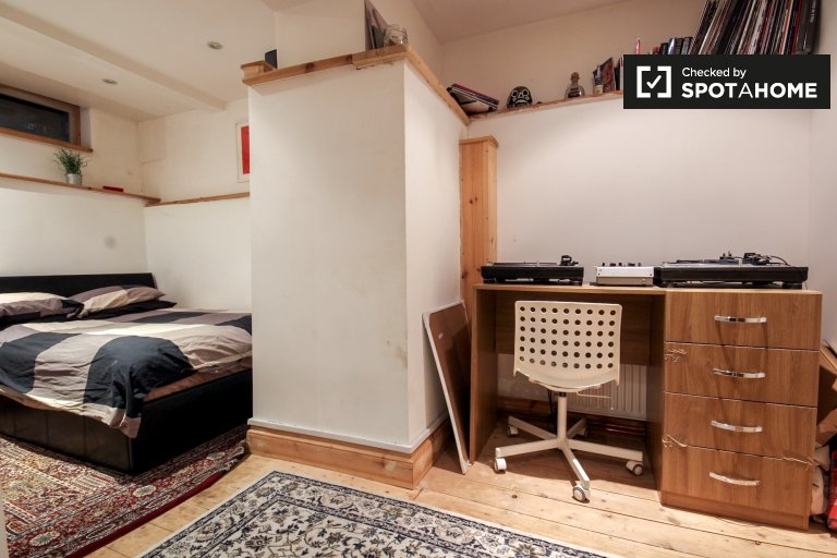 Double Bed in Rooms for rent in 5-bedroom houseshare with garden in Hackney, Zone 2