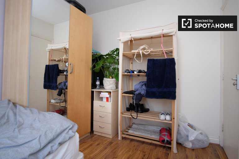 Double Bed in Rooms to rent in a furnished 6-bedroom apartment in Tower Hamlets, Travelcard Zone 2