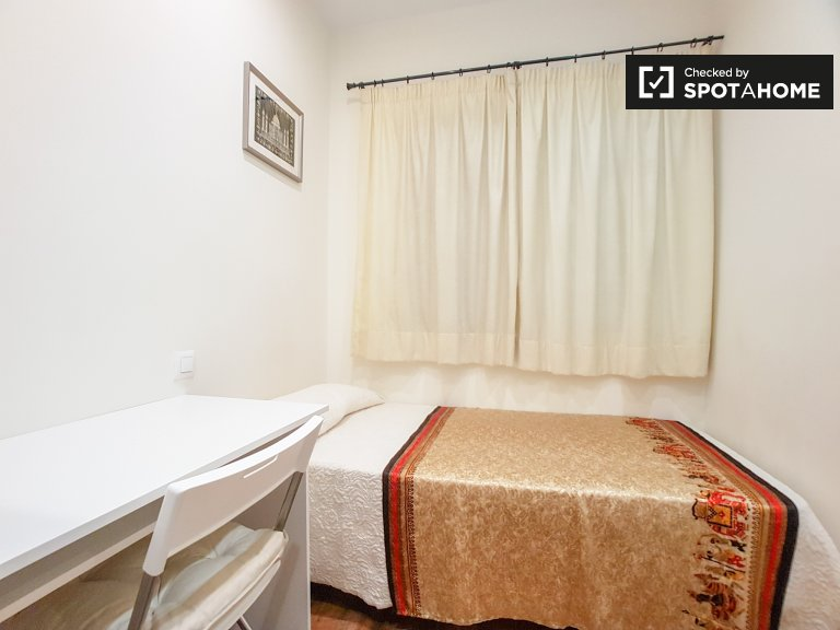 Room to rent in bright 3-bedroom apartment, Sants, Barcelona