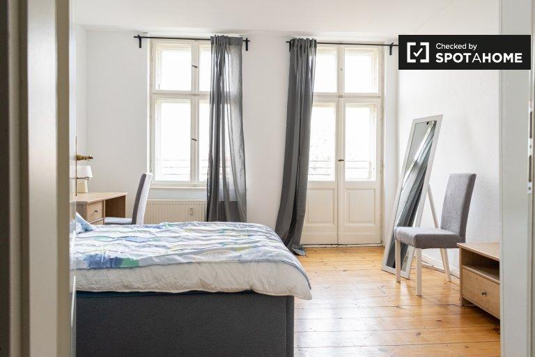 Pokój dwuosobowy do wynajęcia w mieszkaniu z 4 sypialniami, Kreuzberg