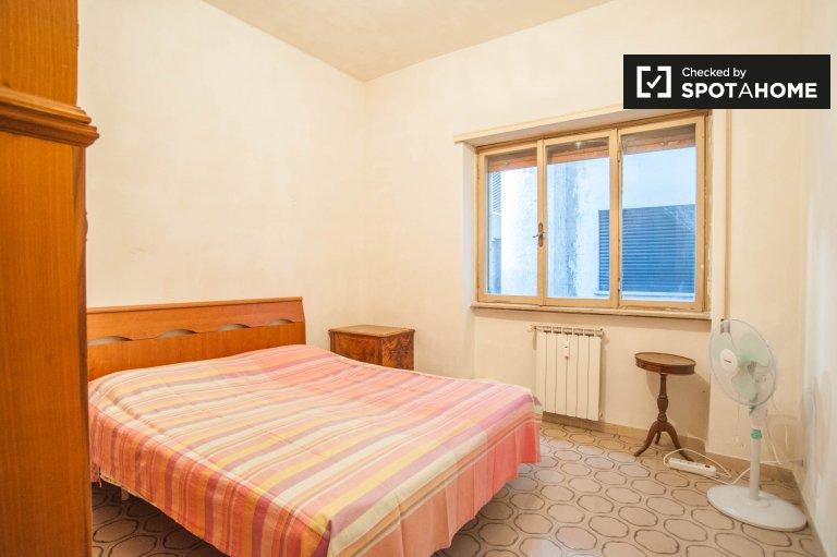 Habitación luminosa en apartamento en San San Giovanni, Roma