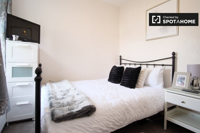 Lovely room for rent in 3-bedroom flat in Catford, London