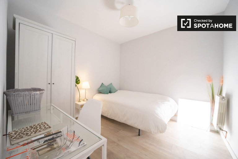 Double room for rent, 4-bedroom apartment, Tetuán, Madrid