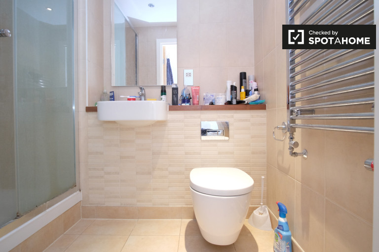 Double Bed in Rooms to rent in modern 2-bedroom apartment in Stratford, Travelcard Zone 3