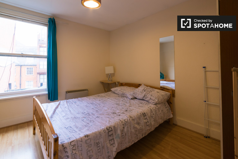 Double Bed in Rooms to rent in a 4-bedroom flat in Westminster