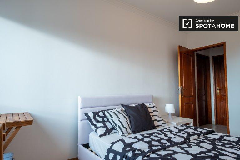 Lizbon'da Porto Salvo'da 3 yatak odalı dairede kiralık oda