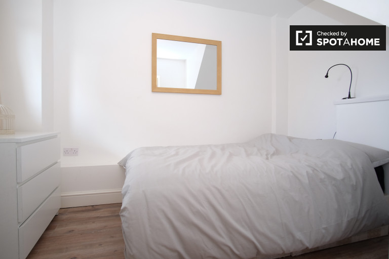Double Bed in Rooms available to rent in 4-bedroom shared flat in Limehouse