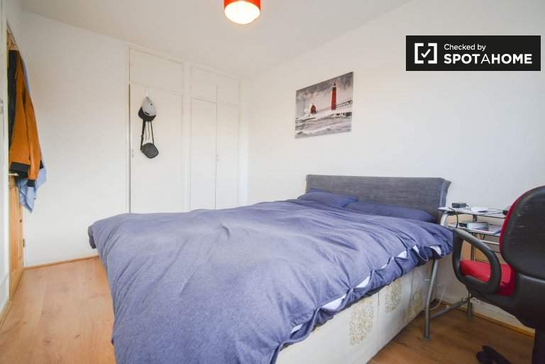 Room for rent in 4-bedroom house in Tower Hamlets, London