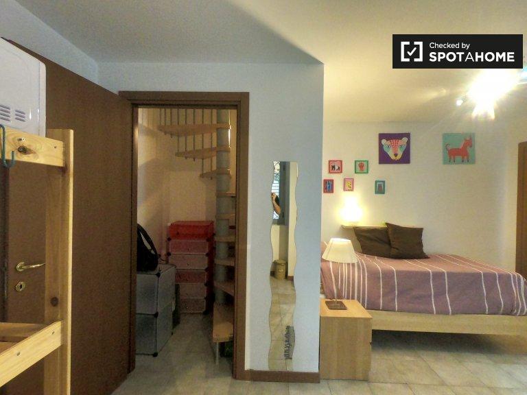 Amplia habitación en un apartamento de 2 dormitorios en Città Studi, Milán