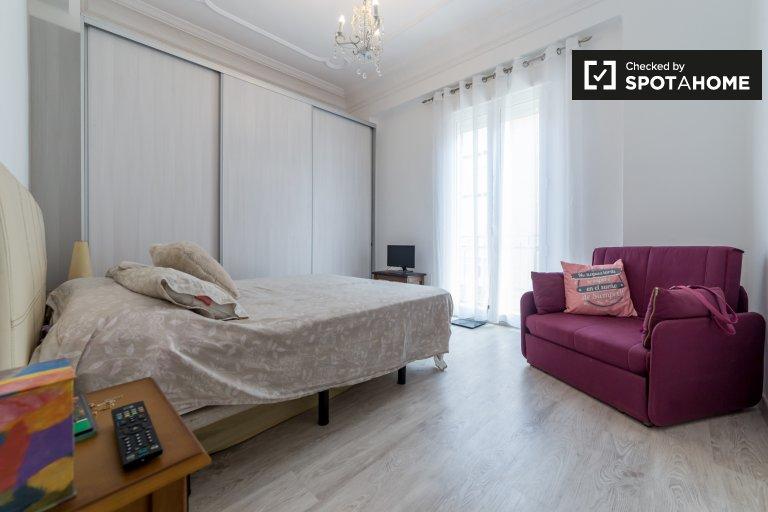 Grande chambre dans un appartement partagé à Quatre Carreres, Valence