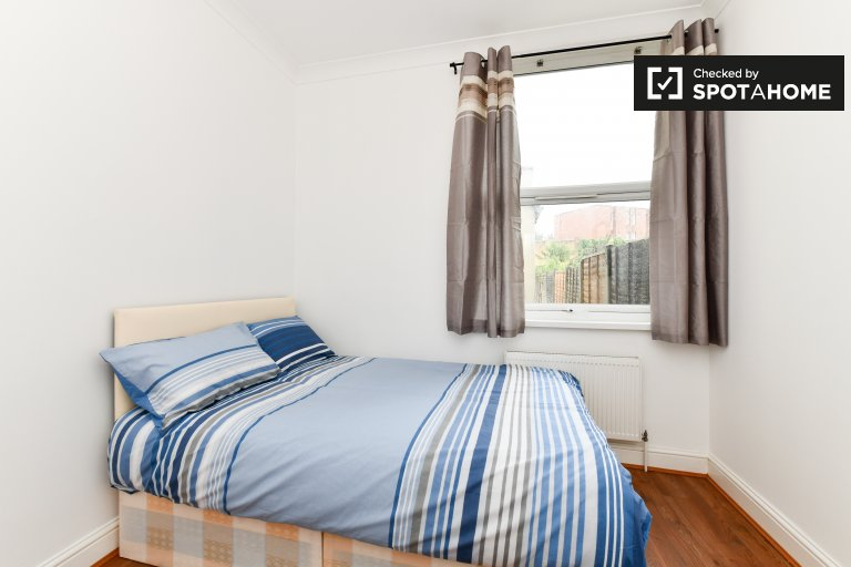 Bright room in 7-bedroom houseshare in Newham, London