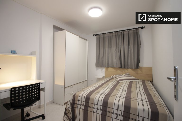 Share a 2-bedroom apartment by Sant Martí, Barcelona