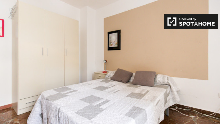 Double Bed in Rooms for rent in 5-bedroom apartment in Ronda area, near train