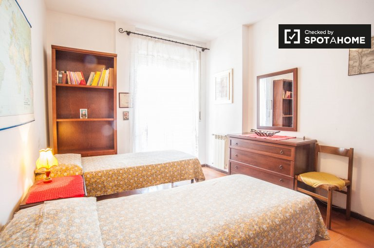 Twin Beds in Room to rent in shared apartment - Colli Aniene, Rome