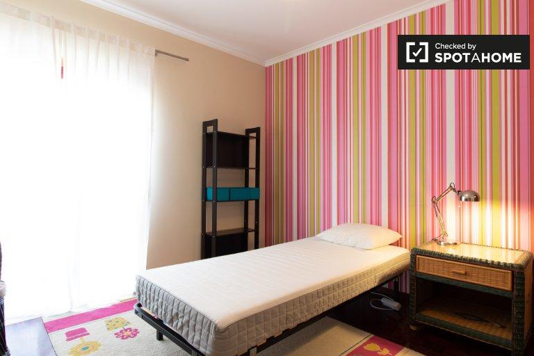 Lizbon Marvila'da 4 yatak odalı dairede kiralık oda