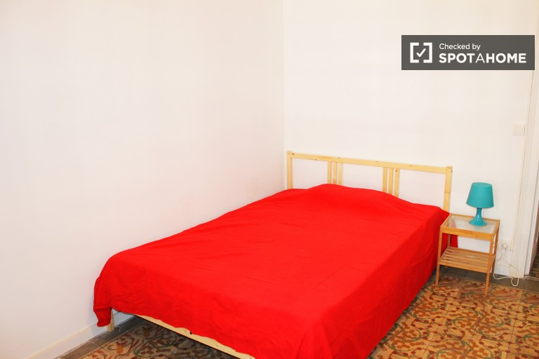 Ample room in shared apartment in Eixample, Barcelona