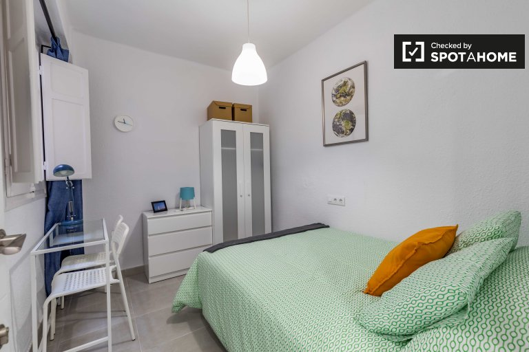 Tidy room in 3-bedroom apartment in Poblats Marítims