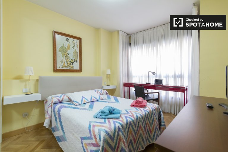 Decorated room in 3-bedroom apartment in Prosperidad, Madrid
