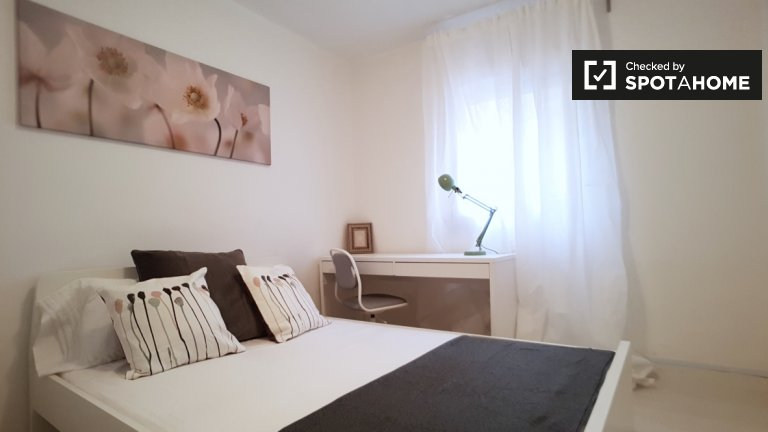 Furnished room in 8-bedroom apartment in Poble-sec Barcelona
