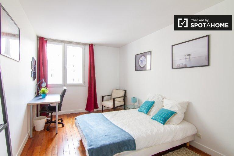 Pokój w apartamencie z 3 sypialniami w 18. dzielnicy Paryża