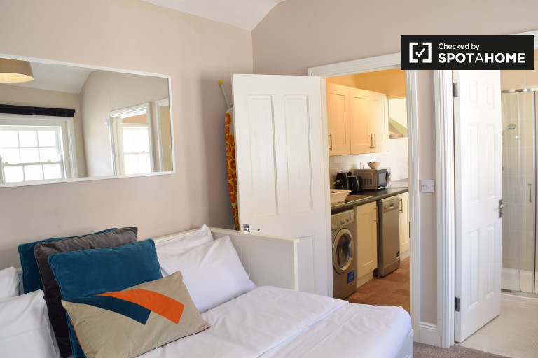 Bright studio apartment with dryer for rent in Ballsbridge