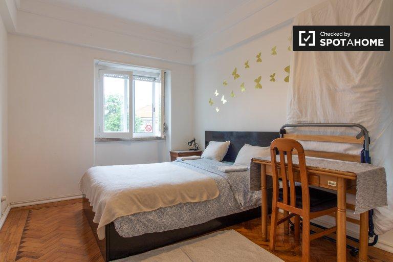 Accogliente camera in affitto in appartamento con 3 camere da letto a Principe Real