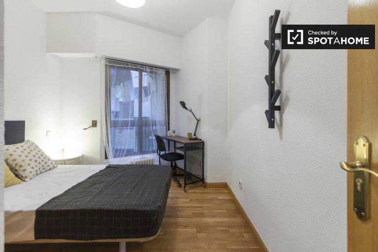 Cosy room in 5-bedroom apartment in Delicias, Madrid