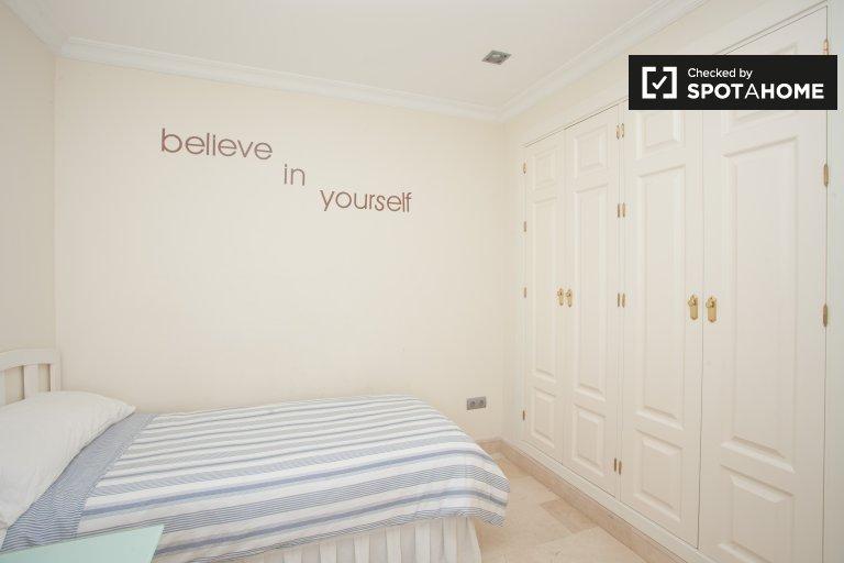Rooms for rent in 7-bedroom house in Nervión, Seville