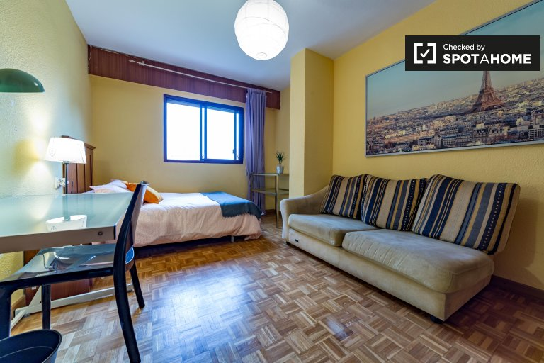 Double Bed in Rooms to rent in bright and colourful 4-bedroom apartment in Algirós