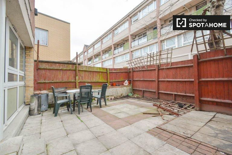 4-bedroom flat for rent in Poplar, London