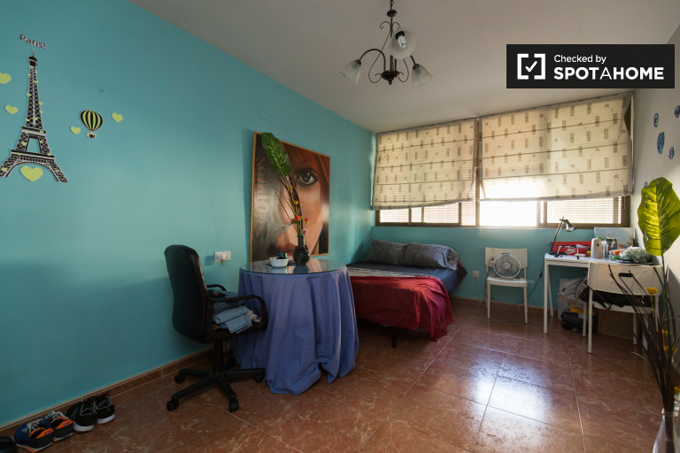 Double Bed in Rooms for rent in low-priced 3-bedroom apartment near Camino de Ronda