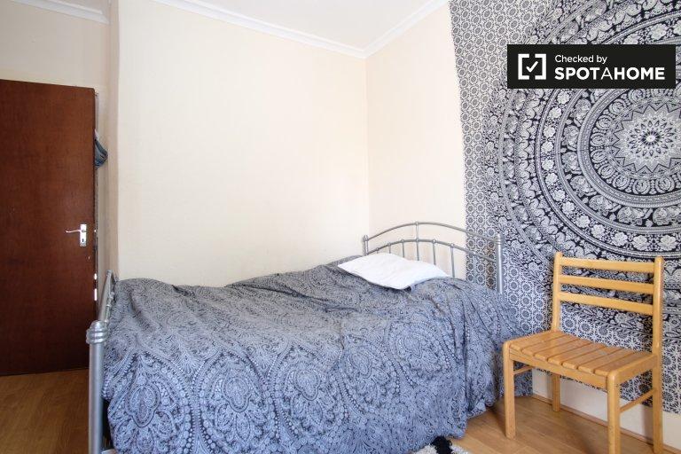 Chambre spacieuse dans un appartement de 6 chambres à Ducketts Green, Londres