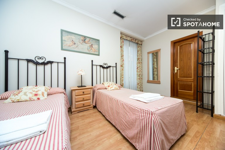Twin Beds in Fantastic residence hall, every room with ensuite bathroom, located in the very centre of the city - Malasaña