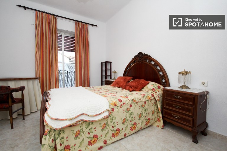 Room available for rent in 3-bedroom shared apartment in Centro.
