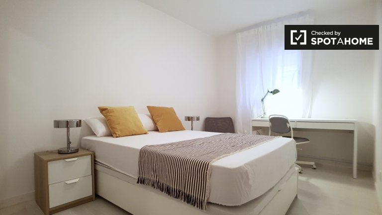 Large room in 8-bedroom apartment in Poble-sec Barcelona