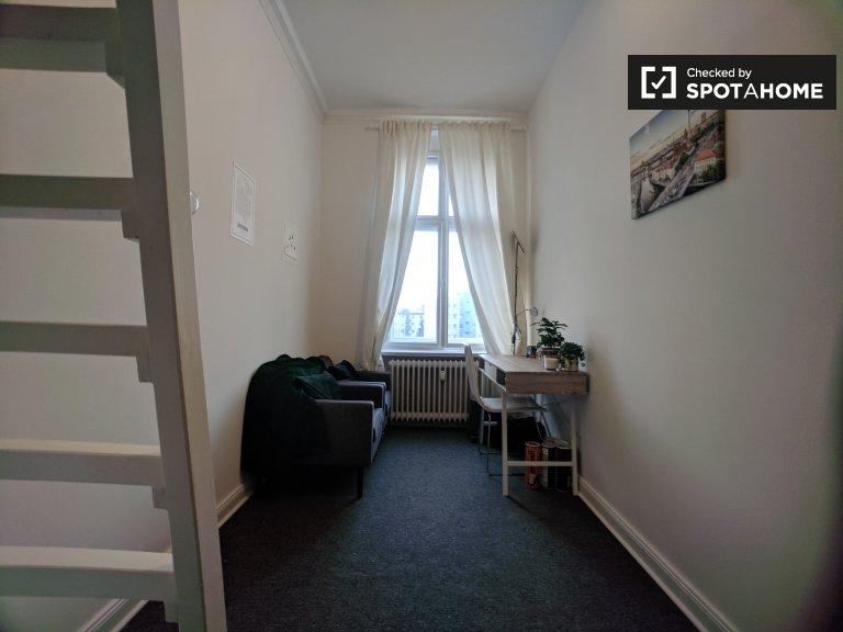 Quarto acolhedor para alugar em apartamento com 4 quartos em Mitte