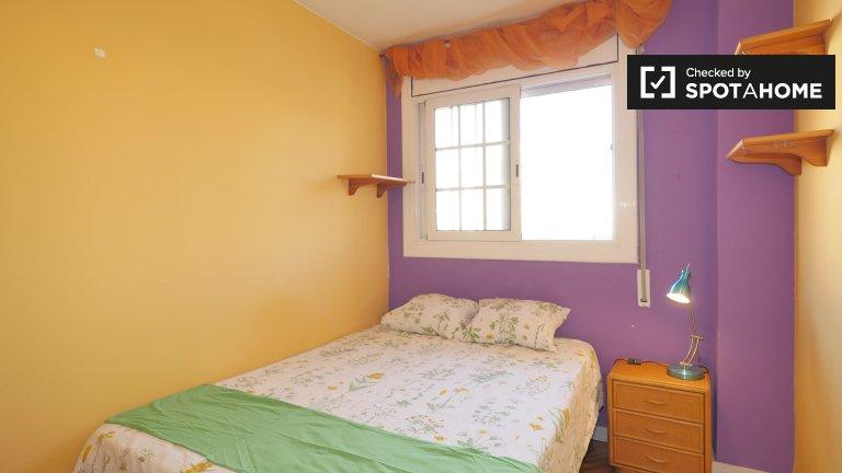 Room for rent in 4-bedroom apartment in Gràcia, Barcelona